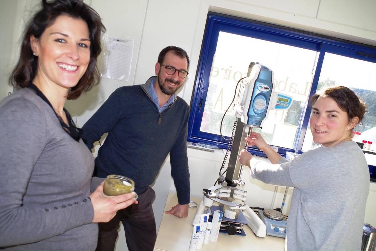 Marion Zariffa et son frère Jérémy (à gauche de la photo), se sont appuyés sur les connaissances en chimie de Claire Lamazaa-Parry pour ne plus rien ignorer de l'utilisation des algues en cosmétique.
